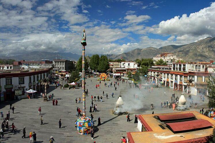 Blick auf den Barkhor, ein Pilgerweg, der rund um das Kloster Jokhang in Lhasa führt und im Hintergrund der Potala-Palast