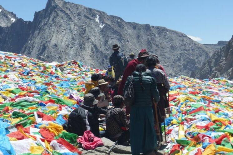 Am Pass Dölma La (5636 m) säumen unzählige Gebetsfahnen den höchsten Punkt der Kora