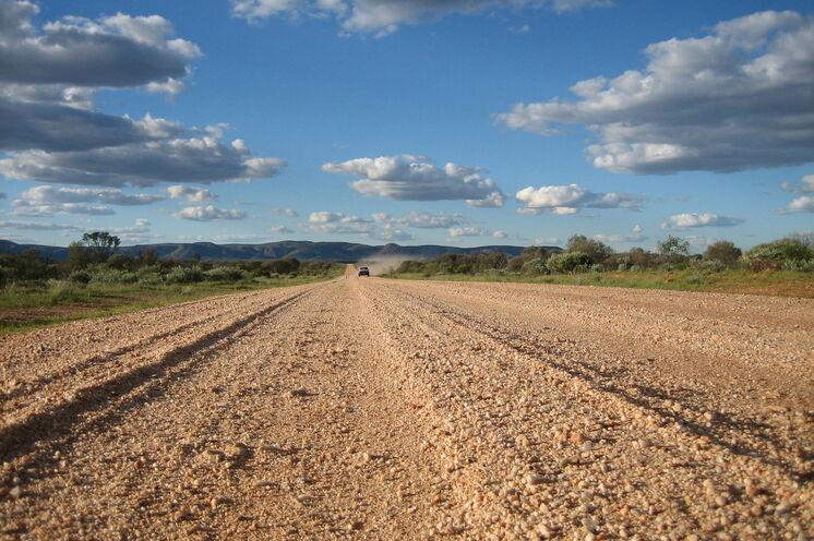 Endlose Weite erfahren Sie auf unbefestigten Pisten im Outback