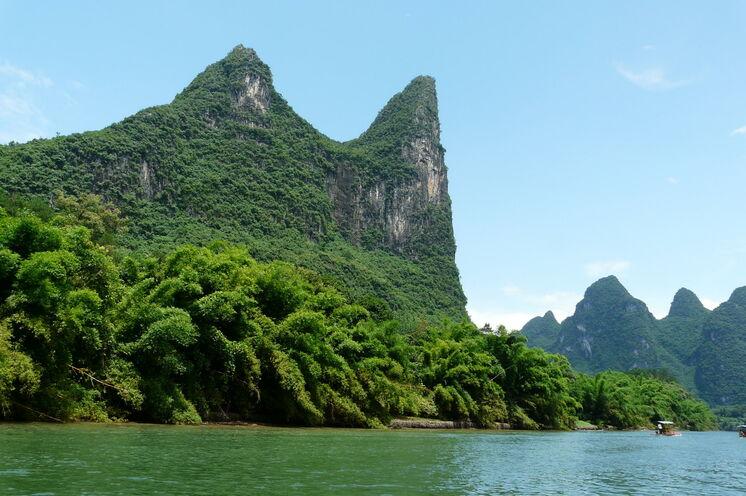 Mit einem Bambusboot gleiten Sie auf dem Li-Fluss entlang der schönsten Karstkegellandschaft Chinas