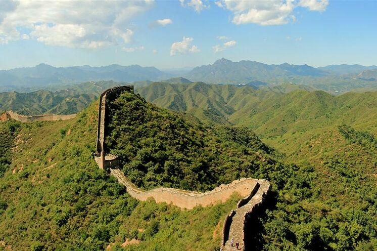 Auf einem vom Massentourismus verschonten Abschnitt wandern Sie auf der Chinesischen Mauer entlang