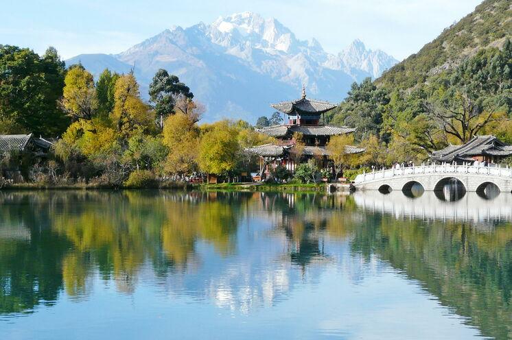 Park des Schwarzen Drachen in Lijiang mit Blick auf den mächtigen Jadedrachen-Schneeberg (5500 m)