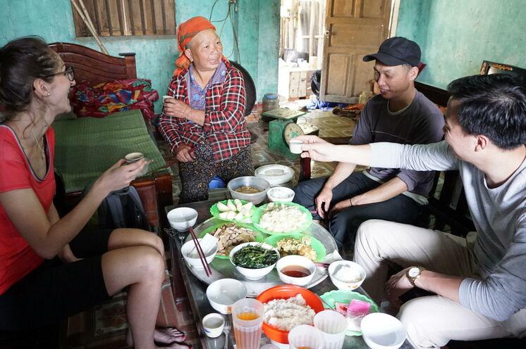 Zum Mittagessen kehren Sie bei lokalen Familien ein