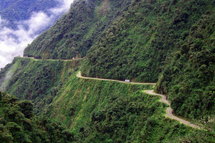 Spektakuläre Fahrt von La Paz durch die Yungas (Bergnebelwälder) bis Coroico.