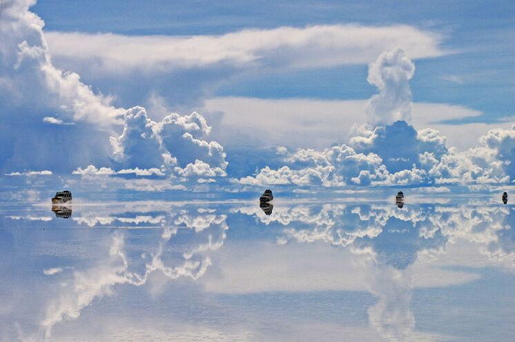 Eine ganz besondere Reisezeit ist das Frühjahr. In der Regenzeit füllt sich der Salzsee mit Wasser und erzeugt dadurch surreale Spiegelungen (Tipp: Kurzreise im März)