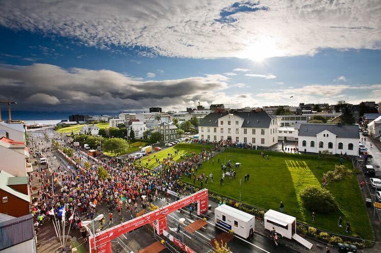 Start- und Zielgerade ist die Lækjargata. Im weißen Gebäude rechts... Ach, das erfahren Sie vor Ort. :)