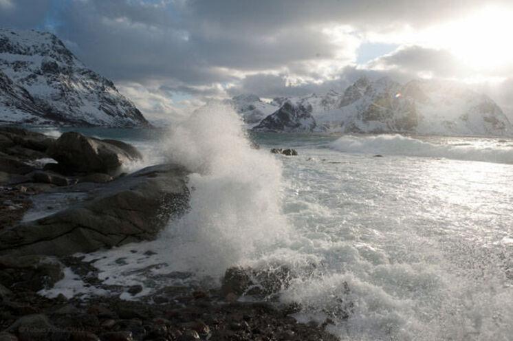 Das Winterwetter an der Küste kann stürmisch sein.