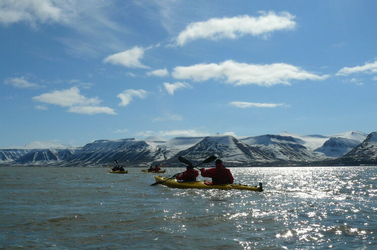 Unsere anfängerfreundliche Kajaktour bietet spektakuläre Ausblicke auf die arktische Natur
