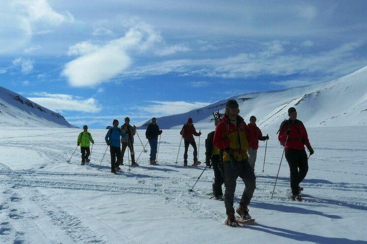 Bei unserer Gletscherwanderung eröffnen sich grandiose Ausblicke auf Longyearbyn und den Adventfjord