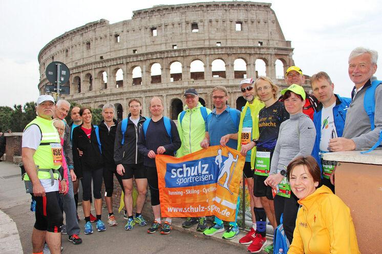 Bestens gelaunt und hoch motiviert: Unsere Marathonis vor dem Kolosseum