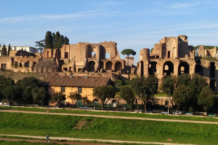 Im Circus Maximus fanden Wagenrennen, Gladiatorenkämpfe und Tierhetzen statt. Während des Marathons ist hier der Einlauf der 5 km Läufer