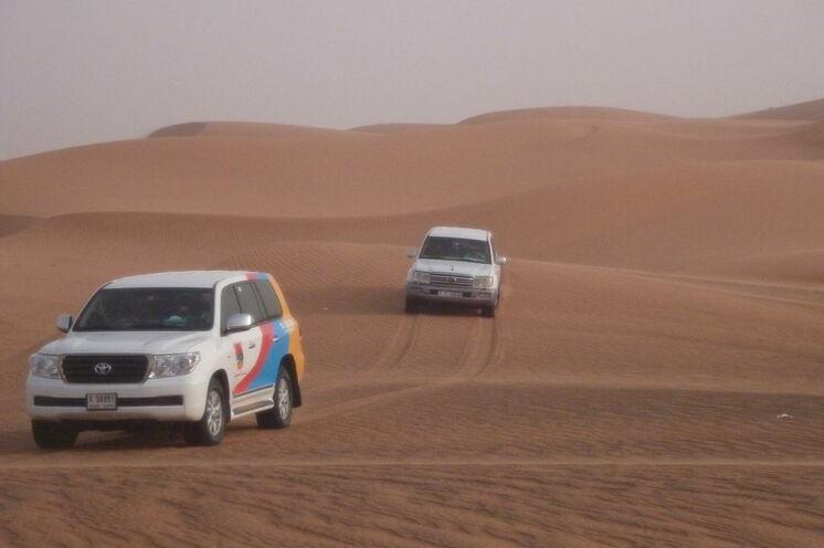 Bei der Wüstensafari (optional) begeben Sie sich mit dem Jeep auf eine Achterbahnfahrt durch die Sanddünen...