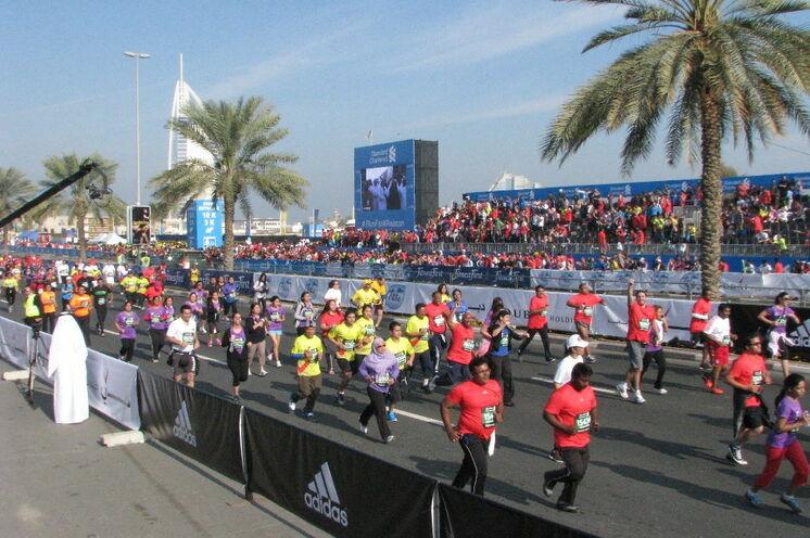 Zuschauertribünen entlang der Jumeirah Beach Road ...