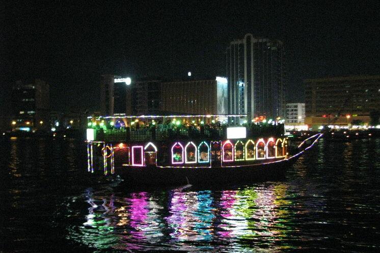 Schiffsfahrt mit einem Dhau am Abend auf dem Creek