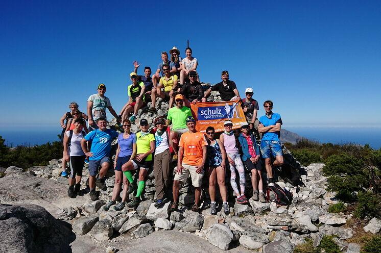 Auf dem höchsten Punkt des Tafelberg, dem Maclear's Beacon auf 1087m ü.d.M.. Hier mit unserer fantastischen Reisegruppe 2018 .