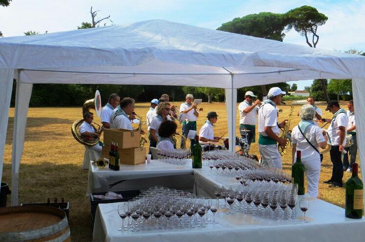 Normalerweise eine Seltenheit bei Marathonläufen - aber hier wird der edle Rotwein sogar in Gläsern serviert.