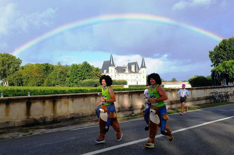 Der Marathon du Medoc ist nicht nur ein riesiger Läuferkarneval, sondern gleichzeitig die längste Weinprobe der Welt.