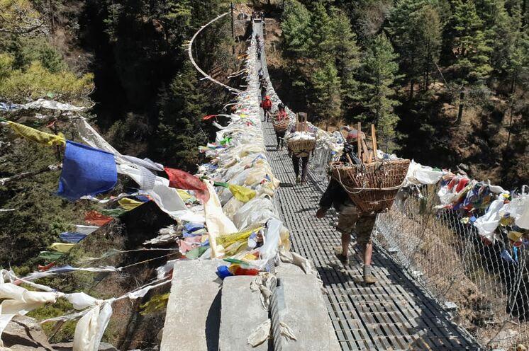 Etwas wackelig wird es bei Überquerungen der langen Hängebrücken.