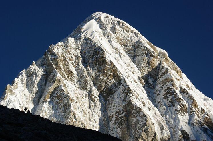 """Einsamer Trekker vorm Pumori (7160 m), der """"Tochter des Everest"""""""