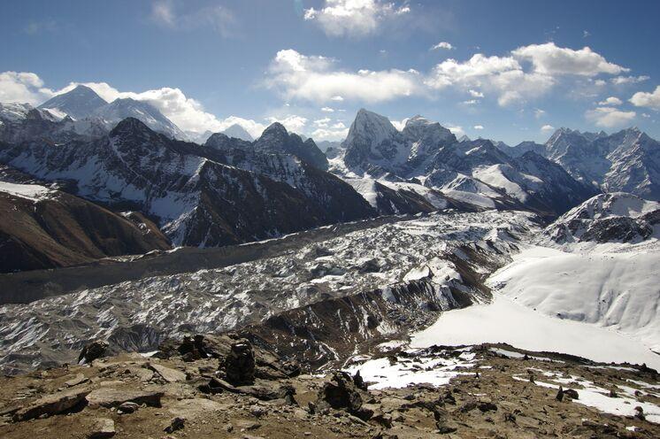 Panorama vom Gokyo-Ri auf Everest, Nuptse, Makalu und Cholatse. Darunter befindet sich der riesige Ngozumpa Gletscher