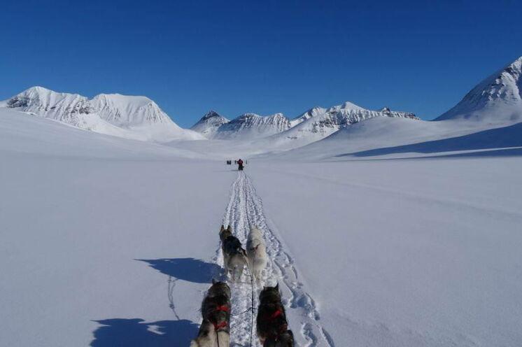 Nach dem flacheren Anfang beginnt eine blau-weiße Bergwelt
