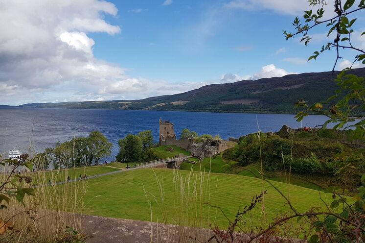 Wandern und Urlaub in den Western Highlands - hier der wohl berühmteste See Schottlands, Loch Ness mit Urquhart Castle