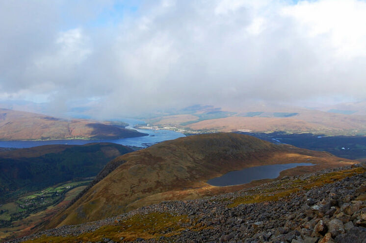 Der Aufstieg zum Ben Nevis (1343 m) belohnt mit Blick auf Fort William und Loch Eil