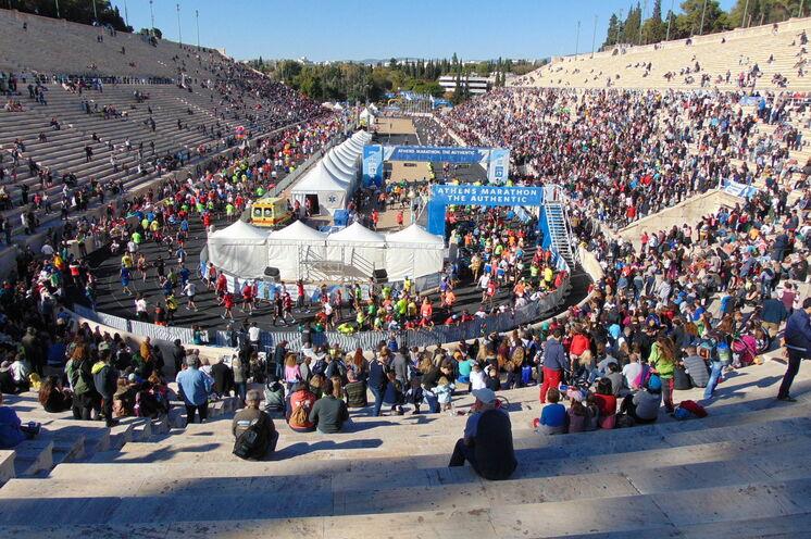 Imposant und Gänsehaut pur: 20.000 Zuschauer  haben 2016 die Läufer im antiken Olympiastadion empfangen und frenetisch gefeiert!