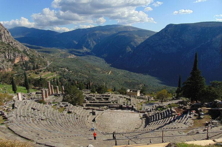 Wer noch weiter in die Antike eintauchen möchte, sollte sich unseren (optionale) Anschlussreise nach Delphi und Kalambaka nicht entgehen lassen. Hier ein atemberaubender Blick vom Theater des Apollon