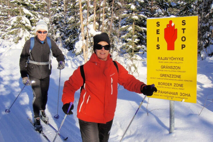 Die gelben Grenzmarkierungen begleiten Sie während Ihrer Skitour und Sie können immer wieder einen Blick nach Russland werfen.