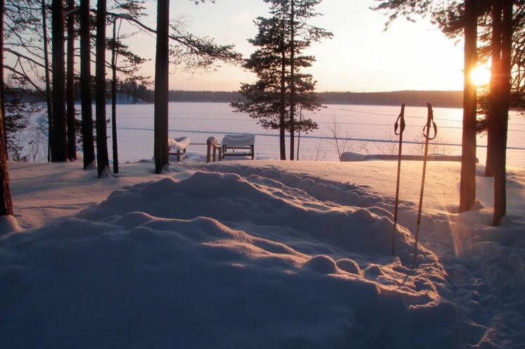 """Selbstverständlich können Sie abends in die Sauna gehen und sich danach im Schnee """"erfrischen""""  oder gar im Eisloch schwimmen."""
