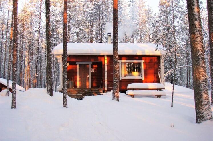 Übernachtet wird in urigen Hütten mit Sauna mitten im Wald