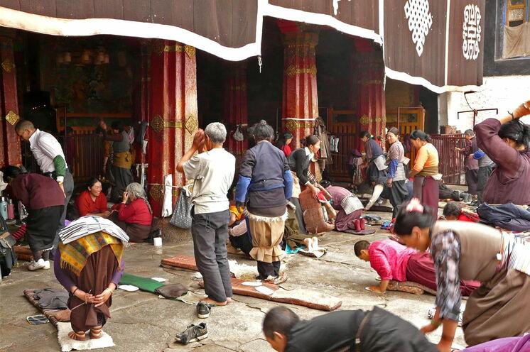 Gläubige am Eingang des Jokhang-Tempels in Lhasa