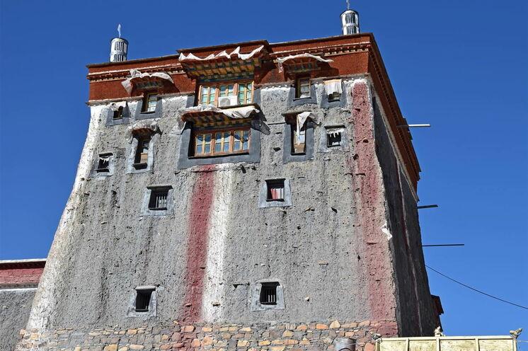 Festungsartige Mauern des Sakya-Klosters