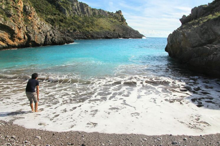 Die einsamen Buchten sind das Ziel jeder Küstenwanderung.