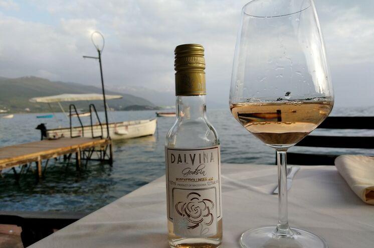 Von Ihrem Hotel in der Altstadt Ohrids schlendern Sie gemütlich zu einem der kleinen, gemütlichen Restaurants am Seeufer. Probieren Sie doch mal den mazedonischen Wein.