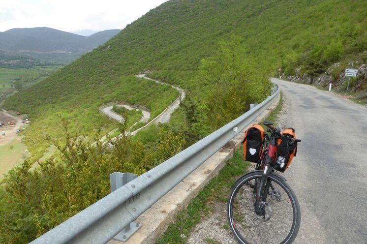 Kurvenreich windet sich die Straße immer tiefer hinein ins Grenzgebiet zu Griechenland.