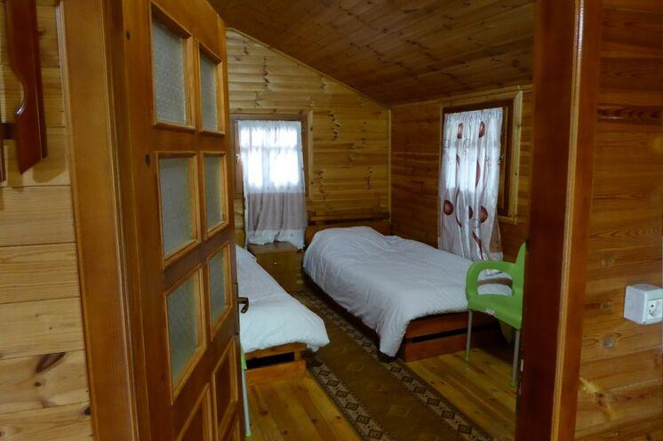 Wunderbar ruhig ist die Nacht in einer Biofarm in den Gramozer Bergen. Die Holzblockhütten sind jeweils mit Dusche/WC ausgestattet.