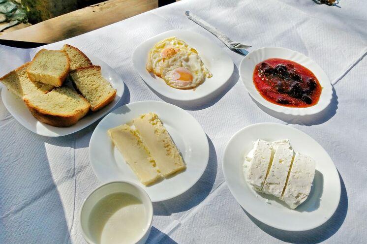 Selbstgebackenes Brot, frische Butter und Milch, leckere Marmelade aus Eigenproduktion und Eier sowie hausgemachter Käse sind die ideale Stärkung für die kommende Bergetappe.