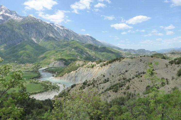 Der mächtige Strom Vjosa hat eine spektakuläre Flusslandschaft entstehen lassen.