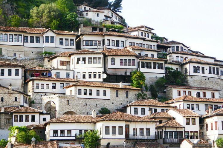 """Mit dem Kleinbus geht es in die Stadt Berat (UNESCO-Weltkulturerbe), die den Beinamen """"Stadt der 1000 Fenster"""" trägt."""