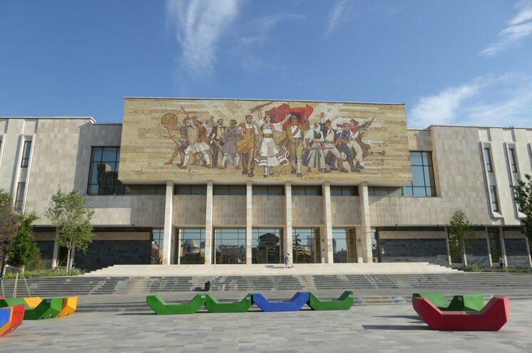 Zurück in der Hauptstadt Tirana bleibt noch genügend Zeit für eine Führung durch die kontrastreiche, lebendige Metropole.