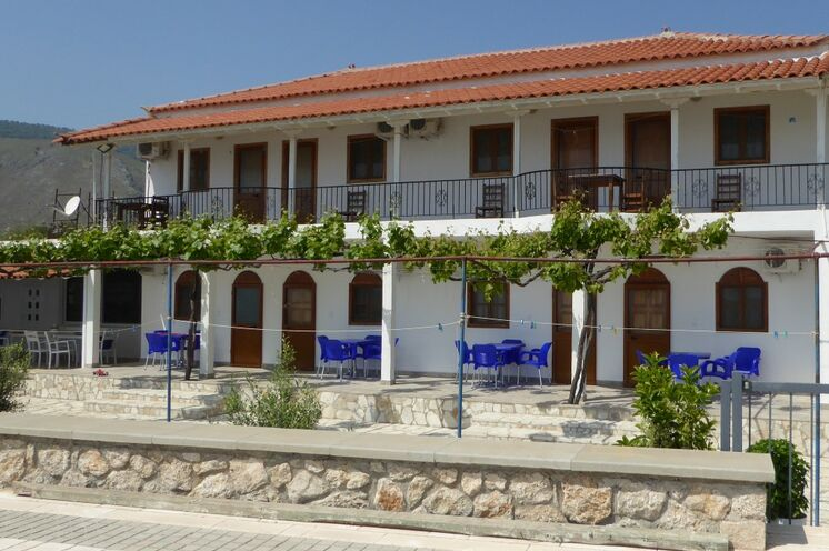 Ihr familiengeführtes Gästehaus in Qeparo liegt direkt am Meer - Zeit für einen Ruhetag vom Fahrradsattel.