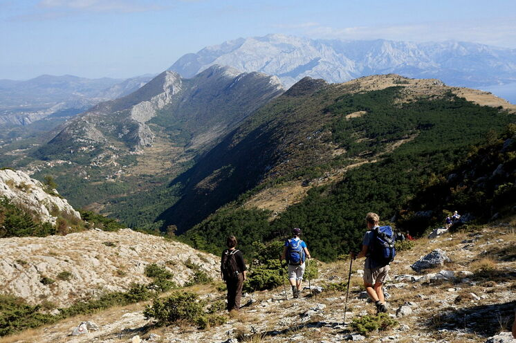 Aussicht vom Kula während der Wanderung im Omiska Dinara am 12. Tag mit Blick auf die Höhenzüge des Biokovo-Gebirges.