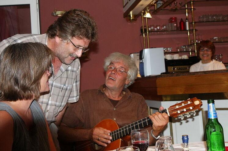 Reiseleiter Werner Hartmann an der Gitarre