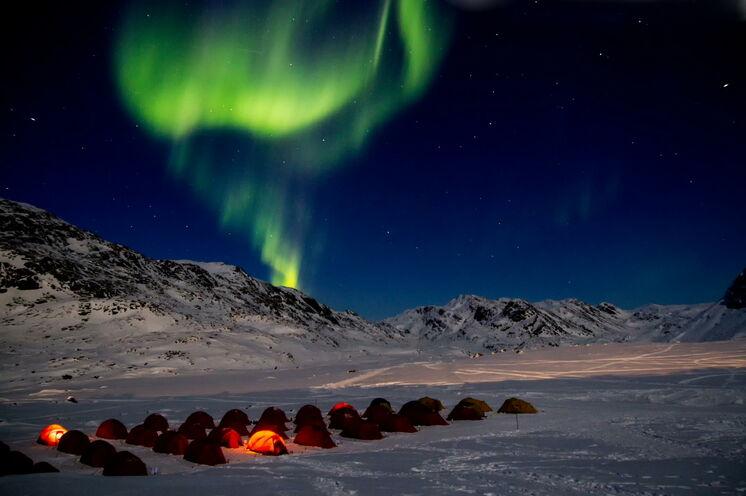 """Arktische Wildnis pur. Die Nächte während des Rennens werden im Zelt verbracht. Mit etwas Glück von Polarlichtern """"bewacht""""... ( © Jesper Hansen )"""