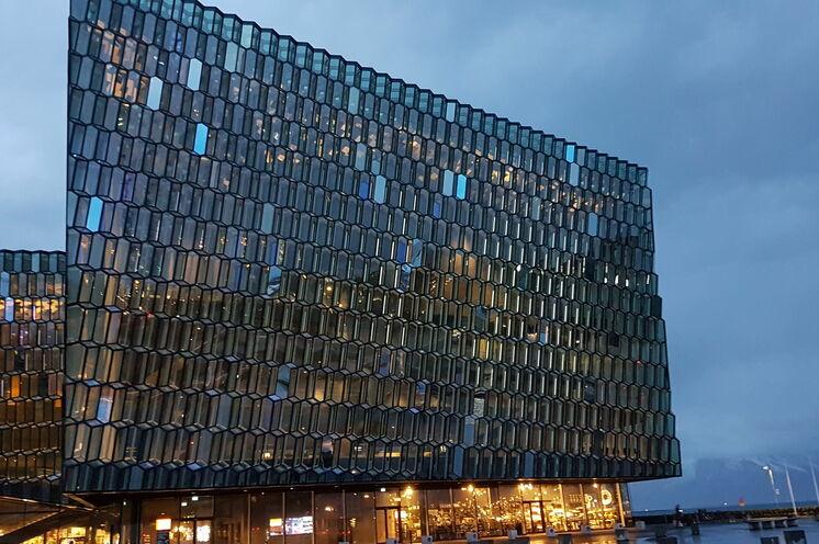 Tourauftakt und Abschluss sind in der Hauptstadt Reykjavik. Sie lernen natürlich auch die Highlights kennen, wie das beeindruckende Konzerthaus Harpa.