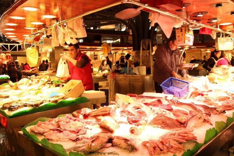 La Boqueria - einer der schönsten überdachten Märkte der Stadt. Unser Ziel am ersten Abend und ein absolutes MUSS.