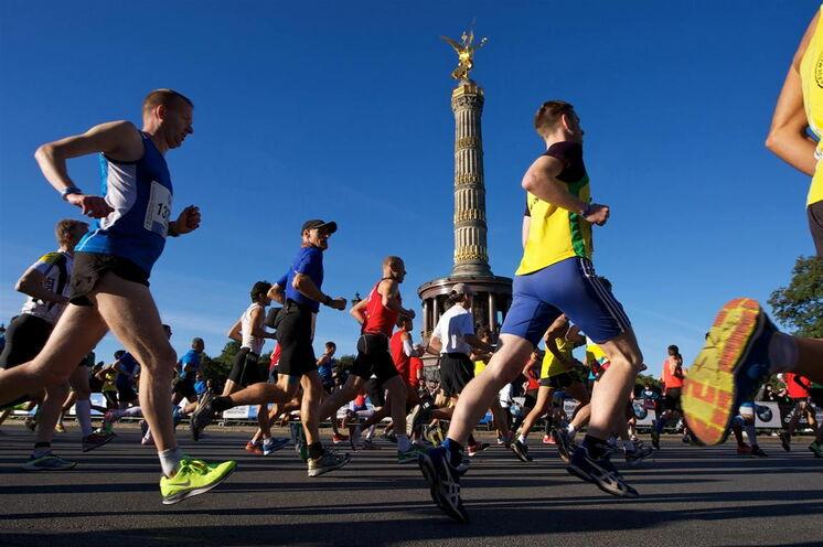 Rund eine Million (!) Zuschauer tummeln sich entlang der Strecke und sorgen für eine gigantische Stimmung, die gut über die Strecke trägt. (Copyright SCC EVENTS)