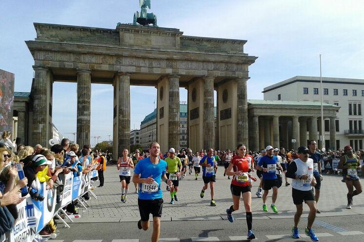 Gänsehautatmosphäre ist beim Zieleinlauf am Brandenburger Tor garantiert.